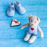Leuke teddybeer, hart, en babyschoenen royalty-vrije stock foto's