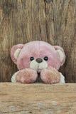 Leuke teddybeer op oude houten achtergrond Stock Afbeeldingen