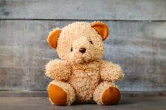 Leuke teddyberen die op oude houten zitten Stock Afbeelding