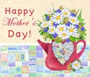 Leuke theepot met abstract multicolored hartboeket van madeliefjes en korenbloemen De gelukkige Dag van Moeders Stock Fotografie