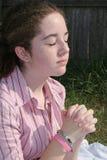 Leuke Tiener die 2 bidt Royalty-vrije Stock Afbeelding