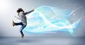 Leuke tiener die met abstracte blauwe sjaal rond haar springen Stock Foto's