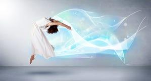 Leuke tiener die met abstracte blauwe sjaal rond haar springen Royalty-vrije Stock Foto's