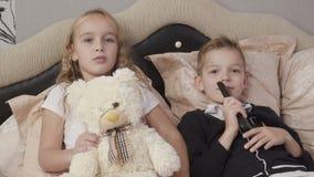 Leuke TV van kinderenhorloges stock video
