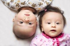 Leuke tweelingen, een jongen en een meisje Stock Afbeelding