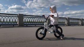 Leuke 3 - 4 van het jongensjaar kind die eerste lopende saldofiets leren te berijden stock video