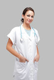 Leuke verpleegster die in studio glimlacht Stock Fotografie