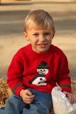 Leuke vier éénjarigenjongen in de sweater van Kerstmis royalty-vrije stock afbeelding