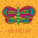 Leuke vlinder met helder kleurrijk ornament in beeldverhaalstijl op een oranje achtergrond Stock Fotografie