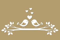 Leuke vogels met harten die van document snijden royalty-vrije illustratie