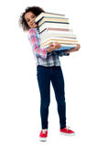 Leuke vrolijke kind dragende stapel boeken Royalty-vrije Stock Afbeeldingen