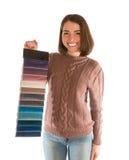 Leuke vrouw in de stoffenmonsters van de sweaterholding Royalty-vrije Stock Fotografie