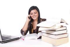 Leuke Vrouw die bij haar Bureau bestudeert Stock Foto