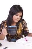 Leuke Vrouw die bij haar Bureau bestudeert Royalty-vrije Stock Foto