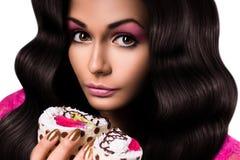 Leuke vrouw die twee cakes houden stock afbeelding