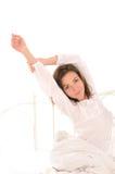 Leuke vrouw die uitrekken na slaap Royalty-vrije Stock Foto's