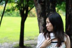 Leuke vrouw in het park Stock Afbeelding