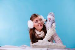 Leuke vrouw met weinig sneeuwman De winter Stock Afbeeldingen