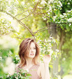 Leuke Vrouw in openlucht op Bloemenachtergrond Royalty-vrije Stock Foto's