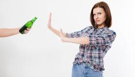 Leuke vrouw verworpen alcoholfles, vrouwelijk alcoholismeconcept stock foto's
