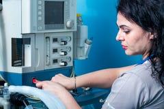 Leuke vrouwelijke anesthesiologistportrettering in de noodsituatieruimte Stock Foto's