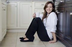 Leuke vrouwelijke chef-kok die een onderbreking nemen Stock Foto