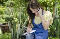 Leuke vrouwelijke tuinman op het werk royalty-vrije stock fotografie