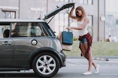 Leuke Vrouwen die het Winkelen Zakken zetten in Auto royalty-vrije stock afbeeldingen