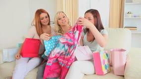 Leuke vrouwen gelukkig met hun het winkelen stock videobeelden