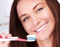 Leuke vrouwen schone tanden stock afbeelding