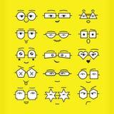 Leuke zwarte emoticonsgezichten met geometrische die oogglazenpictogrammen op gele achtergrond worden geplaatst Stock Foto