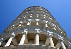 Leunende die toren van Pisa in Piazza dei Miracoli van B wordt gefotografeerd Stock Afbeeldingen