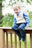 Leunende nieuwsgierige jongen in kostuum Stock Fotografie