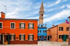 Leunende Toren in Burano Stock Foto