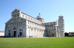 Leunende toren dichtbij kathedraal in Pisa, Italië Stock Afbeelding