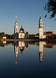 Leunende Toren en de Kathedraal spaso-Preobrazhensky Nevyansk Rusland stock fotografie