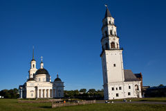 Leunende Toren en de Kathedraal spaso-Preobrazhensky Nevyansk Rusland royalty-vrije stock fotografie