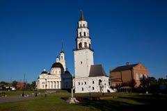 Leunende Toren en de Kathedraal spaso-Preobrazhensky Nevyansk Rusland stock foto's