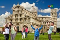 Leunende Toren van het gedrag van de toeristengewoonten van Pisa Italiaanse monumenten Vlag Stock Afbeeldingen