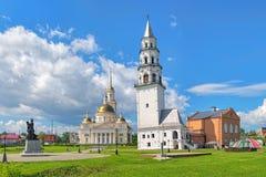 Leunende Toren van Nevyansk en Transfiguratiekathedraal in Nevyansk, Rusland Royalty-vrije Stock Afbeelding