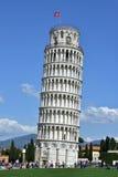 Leunende Toren van Pisa met toeristen Stock Foto