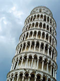 Leunende toren van Pisa over hemel Royalty-vrije Stock Fotografie