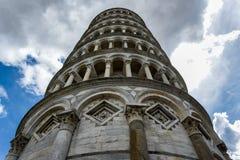 Leunende toren van Pisa van onderaan royalty-vrije stock foto