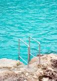 Leuningen dichtbij het overzees Stock Foto