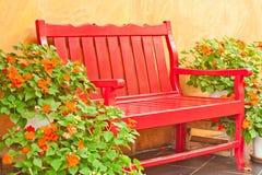 Leunstoel in de tuin Stock Afbeelding