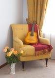 Leunstoel en gitaar royalty-vrije stock fotografie