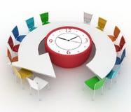 Leunstoel van leider en groep bureaustoelen bij een lijst als klok gezet door half-round Royalty-vrije Stock Foto's
