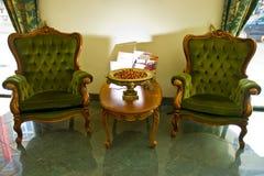 Leunstoelen in hotelzitkamer Stock Foto's