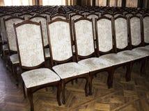 Leunstoelen voor studenten in het auditorium van Universitaire Chernivtsi De westelijke Oekraïne Royalty-vrije Stock Afbeeldingen