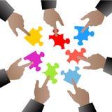 Leute übergeben mit Puzzlespielstücken Stockbild